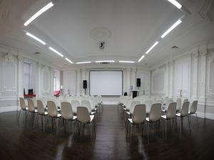 Белый зал с лепниной на Я...