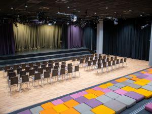 Театральный зал. Новая шк...